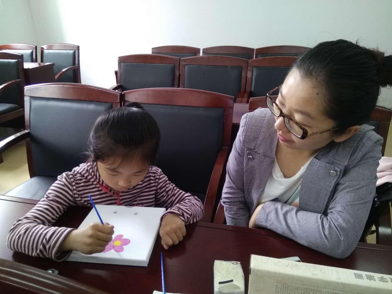 """在创作的过程中,家长与宝贝们互动的模式也很多样: 有的家长通过口头指导,辅助孩子创作;有的家长通过亲自示范,指导孩子画画;年龄较小的宝贝,家长则和孩子共同进行了创作…… 本次活动中,大部分家长都充当""""助手"""",同时,志愿者也适当给予了协助。"""