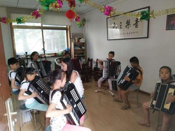 郑州市音乐之光志愿服务中心 郑州市音乐之光志愿服务中心是一家在民政局注册的民办非盈利社会组织,以特殊教育为主、服务残疾儿童学习音乐的专门机构。 服务宗旨:为了帮助残疾儿童学习一技之长,提高他们的生存能力和社会适应能力,使之自食其力,更好地融入社会,减轻家庭和社会的负担,同时为了更多的残疾儿童有机会免费学习音乐,汇集社会善士爱心,为残疾儿童提供学习的平台,不以营利为目的,只为让社会爱心的暖阳照耀这一特殊群体。 如果没有接触二胡这门乐器,河南省周口市8岁的李玉涵可能还是以前那个小小年纪就充满了忧郁不爱说话的女